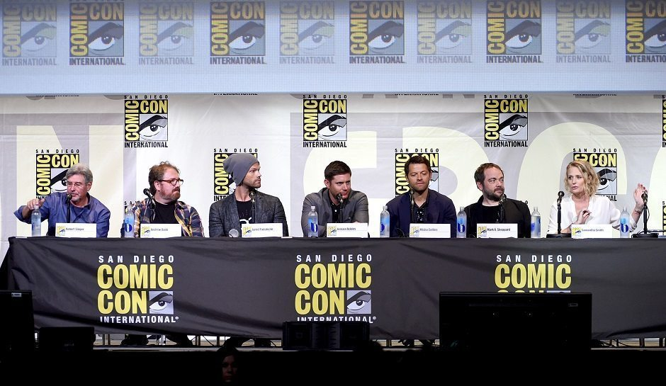 """SAN DIEGO, CA - JULY 24: (L-R) Producer/director Robert Singer, writer/producer Andrew Dabb, actors Jared Padalecki, Jensen Ackles, Misha Collins, Mark Sheppard, and Samantha Smith attend the """"Supernatural"""" Special Video Presentation And Q&A during Comic-Con International 2016 at San Diego Convention Center on July 24, 2016 in San Diego, California. (Photo by Kevin Winter/Getty Images)"""
